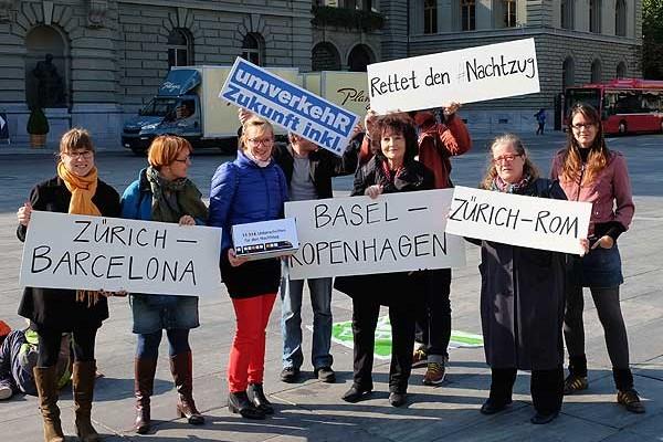 11.114 signatures handed over in Switzerland